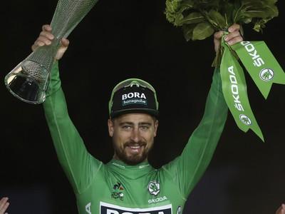 Peter Sagan oslavuje na pódiu víťazstvo v bodovacej súťaži