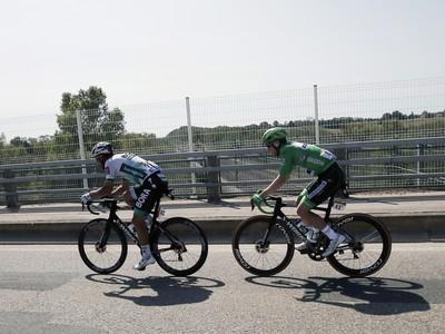Sam Bennett za zadným kolesom Petra Sagana