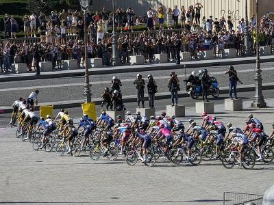 Pelotón cyklistov počas záverečnej etapy Tour de France