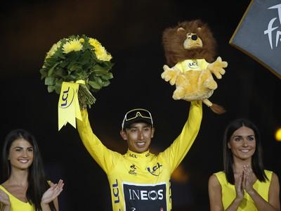Na snímke kolumbijský cyklista Egan Bernal  oslavuje na pódiu víťazstvo v 106. ročníku Tour de France