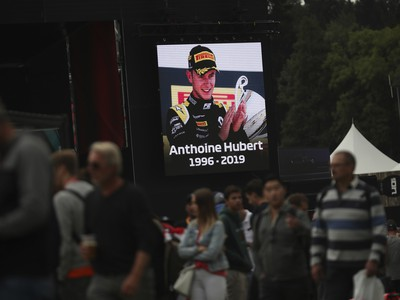 Na obrovskej obrazovke je podobizeň zosnulého francúzskeho pilota F2 Anthoinea Huberta vo fanzóne na belgickom okruhu Spa-Francorchamps v nedeľu 1. septembra 2019.