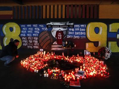 Zapálené sviečky pred štadiónom českého futbalového klubu Sparta Praha na pamiatku bývalého hráča Sparty Josefa Šurala