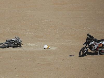 Motocykel (vľavo) portugalského pretekára Paula Goncalvesa, ktorý zomrel počas nedeľnej 7. etapy Rely Dakar