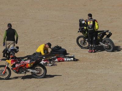Telo portugalského motocyklistu Paula Goncalvesa, ktorý zomrel počas nedeľnej 7. etapy Rely Dakar