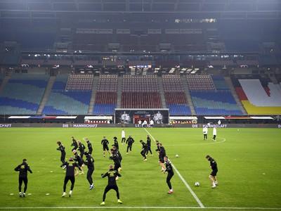 Českí futbalisti počas tréningu