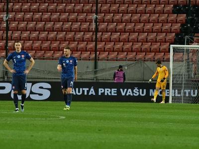 Sklamaní futbalisti Slovenska po