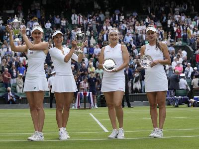 Su-Wei Hsieh a Elise Mertensová a Veronika Kudermetovová, Jelena Vesninová s trofejami