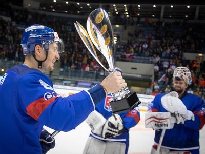 Kapitán Michal Sersen s víťaznou trofejou