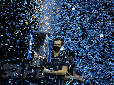 Daniil Medvedev s trofejou