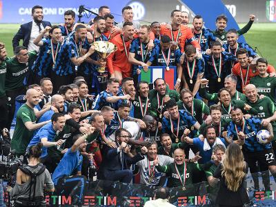 Futbalisti milánskeho Interu oslavujú