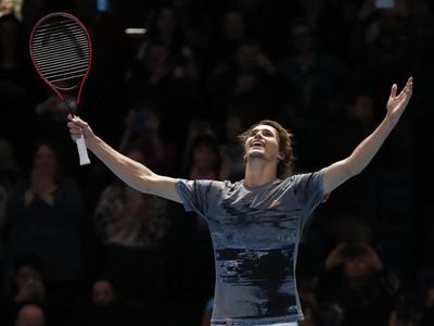 Alexander Zverev sa teší z postupu do semifinále Turnaja majstrov