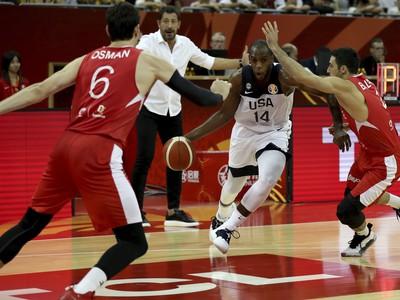 Khris Middleton prenikajúci defenzívou Turecka