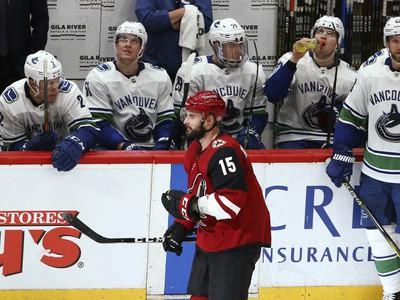 Brad Richardson korčuľuje pred striedačkou Vancouveru Canucks po svojom štvrtom góle