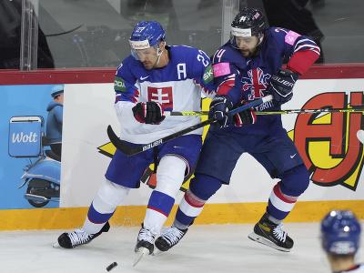 Marek Hrivík a Liam Kirk (v modrom) v súboji o puk