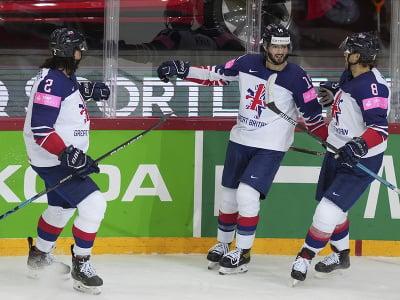 Liam Kirk (v strede) oslavuje gól so spoluhráčmi