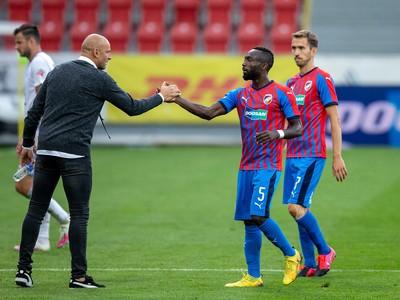 Tréner Plzne Adrián Guľa so svojimi zverencami