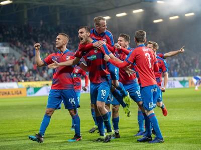 Futbalisti Viktorie Plzeň oslavujú