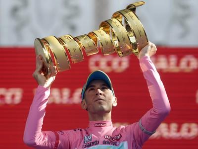 Vincenzo Nibali s trofejou