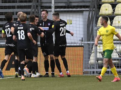 Na snímke Filip Balaj (ViOn Zlaté Moravce) sa teší spoločne so spoluhráčmi po tom, čo strielil prvý gól vo finálovom zápase play off FL o Európsku konferenčnú ligu MŠK Žilina - ViOn Zlaté Moravce