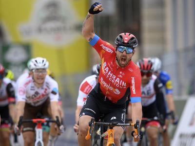 Sonny Colbrelli a jeho víťazné oslavy v cieli druhej etapy pretekov Okolo Romandie
