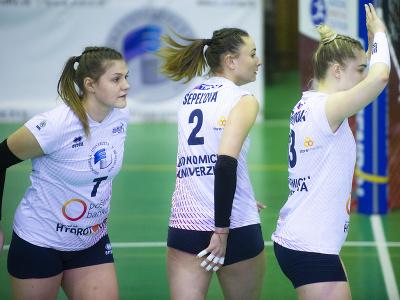 Darja Doludaová, Zuzana Šepeľová a Katarína Körmendyová (všetky Bratislava) počas tretieho zápasu finále play off