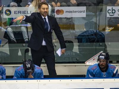 Na snímke tréner HC
