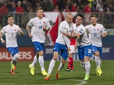 Na snímke radosť Slovákov po strelení gólu, uprostred jeho autor Vladimír Weiss