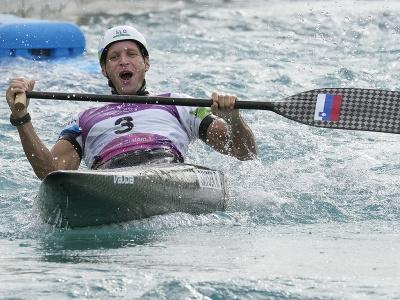 Slovinský vodný slalomár Benjamin Savšek oslavuje po tom, ako získal zlato v C1 vo vodnom slalome na OH 2020 v Tokiu