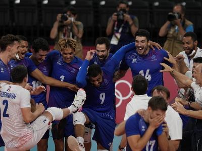 Francúzski volejbalisti oslavujú zisk
