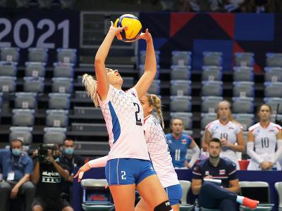 Slovenská volejbalistka Barbora Koseková nahráva