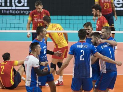 Slovenskí volejbalisti sa radujú po víťazstve v druhom sete v zápase B-skupiny na ME vo volejbale mužov Slovensko - Španielsko