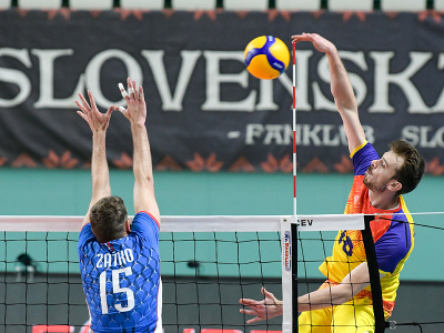 Na snímke zľava Jurtaj Zaťko (Slovensko) a Tudor Magdas (Rumunsko) v zápase 1. turnaja kvalifikácie E- skupiny ME 2021 vo volejbale mužov Slovensko -  Rumunsko