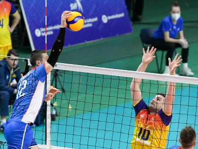 Na snímke zľava Matej Paták (Slovensko) a Cristian Bartha (Rumunsko) v zápase 1. turnaja kvalifikácie E- skupiny ME 2021 vo volejbale
