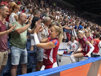 Na snímke uprostred Karin Palgutová sa lúči s divákmi