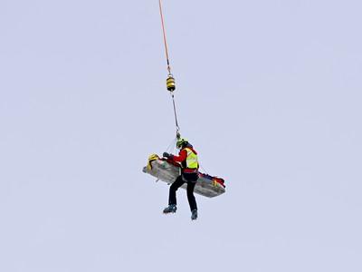 Vrtuľník preváža rakúsku lyžiarku