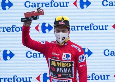 Slovinský cyklista Primož Roglič (Jumbo-Visma) v červenom drese
