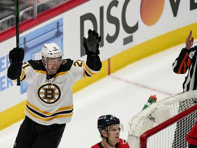 Útočník Bostonu Nick Ritchie oslavuje gól
