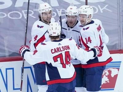 Hráči Washingtonu Capitals oslavujú