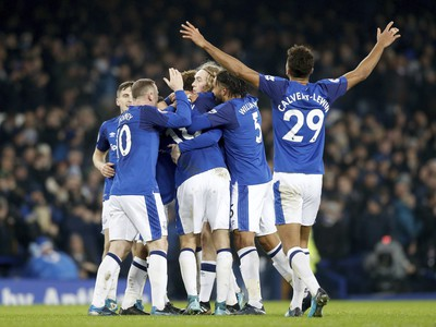 Wayne Rooney so spoluhráčmi oslavuje gól Evertonu