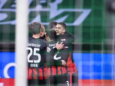 André Silva (vpravo) z Eintrachtu sa teší z gólu so spoluhráčmi
