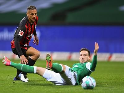 Na snímke futbalista Tuta (vľavo) z Eintrachtu a Kevin Möhwald z Werderu Brémy