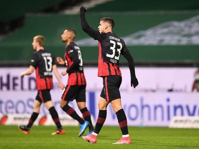 André Silva (vpravo) z Eintrachtu sa teší z gólu