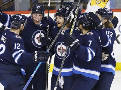 Hráči Winnipegu Jets oslavujú gól