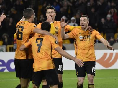 Hráč Wolverhamptonu Wanderers Diogo Jota (vpravo) oslavuje so spoluhráčmi gól