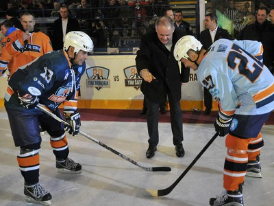 Prezident SR Andrej Kiska (uprostred) vhadzuje buly počas hokejového Zápasu hviezd Tipsport ligy