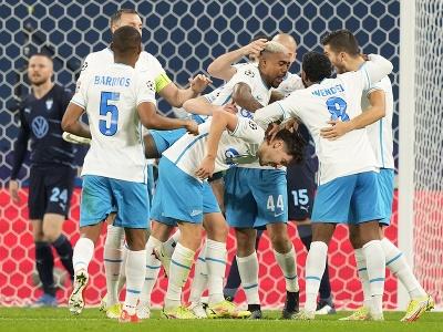 Daler Kuzjaev (uprostred) oslavuje so spoluhráčmi druhý gól v zápase