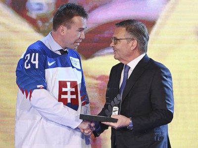 Na snímke zľava bývalý útočník slovenskej hokejovej reprezentácie Žigmund Pálffy a prezident Medzinárodnej hokejovej federácie (IIHF) René Fasel