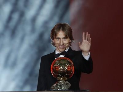 Chorvátsky futbalista Luka Modrič z Realu Madrid dostal ocenenie Zlatá lopta francúzskeho magazínu France Football za rok 2018