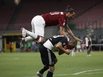 Zlatan Ibrahimovič a Leonardo Bonucci v súboji
