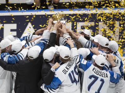Na snímke víťazný tím Fínska s pohárom nad hlavou po víťazstve nad Kanadou vo finálovom zápase Kanada - Fínsko
